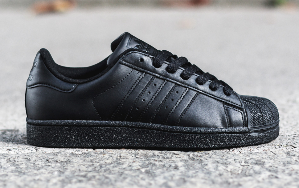 adidas superstar all black on feet