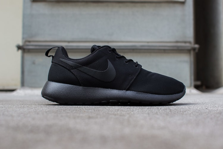 nike roshe run black sneakers side view