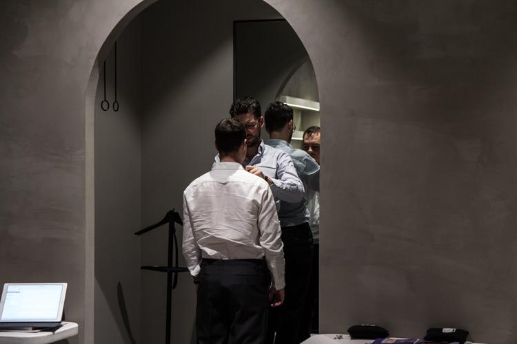 men help the wear shirt