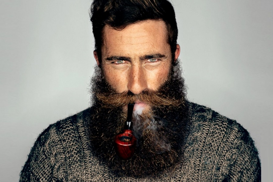 A natural full beard style