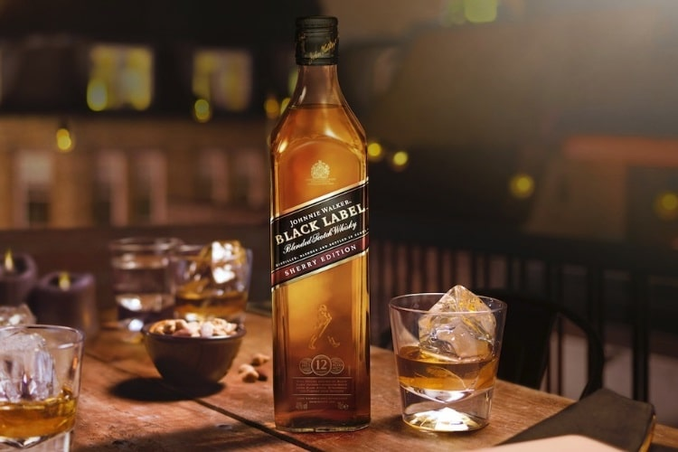 Bottle and a glass ofJohnnie Walker Black Label Sherry Edition on a table