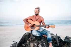 xavier rudd playing guitar