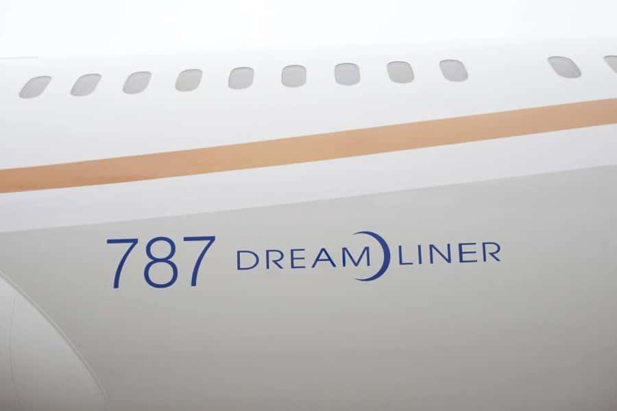 787 dreamliner airplane side
