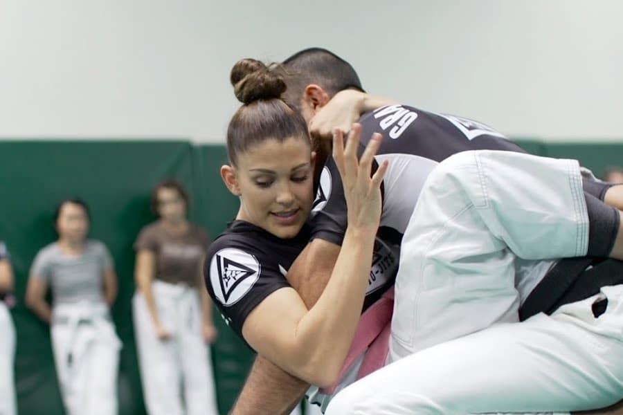 man and woman doing jiu jitsu