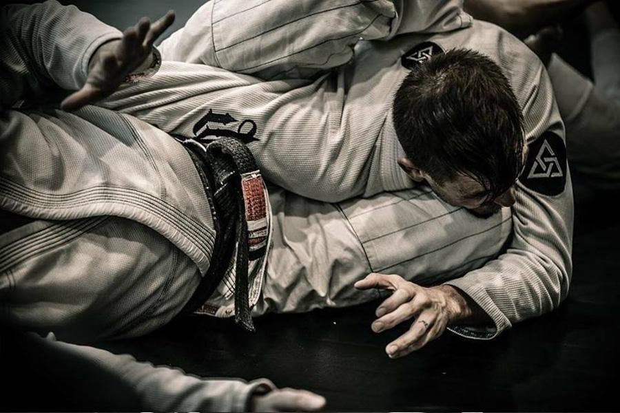 men fighting jiu jitsu