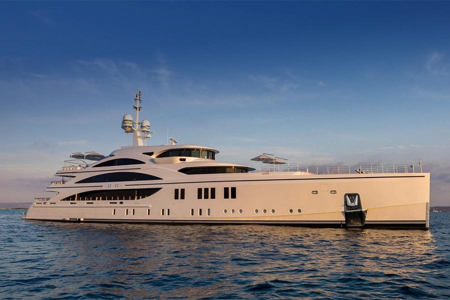 Benetti FB277 Yacht on ocean