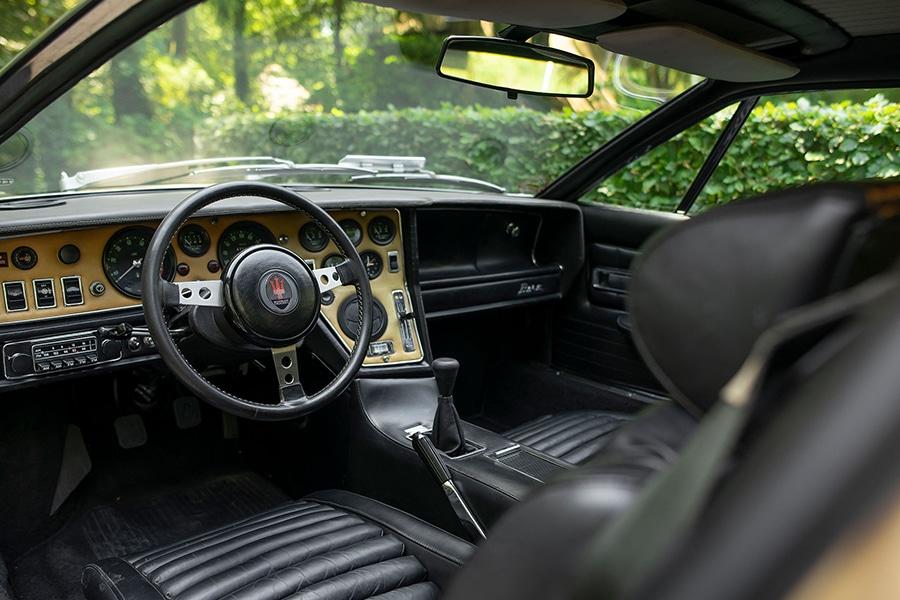 dashboard and steering wheel maserati