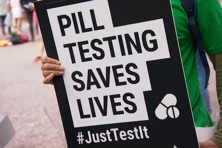 Pill Testing saves lives sign