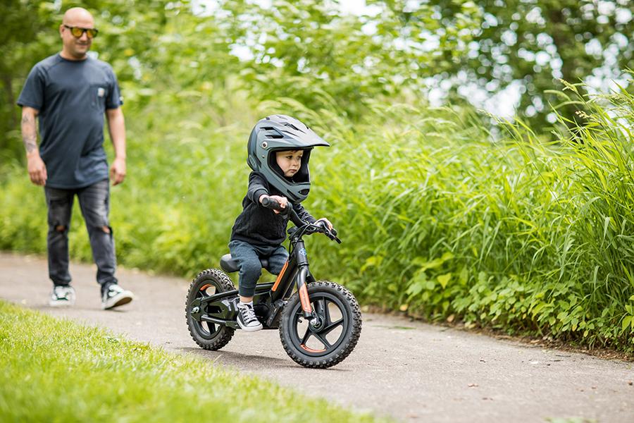 kid ride an electric harley davidson