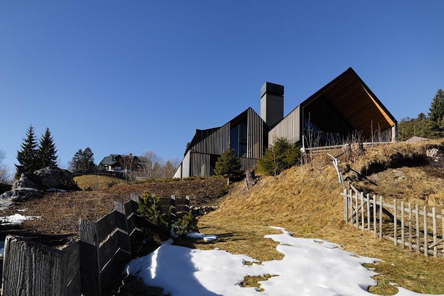 italian alpine home with snow on the ground