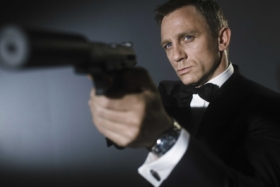 Daniel Craig holding a gun