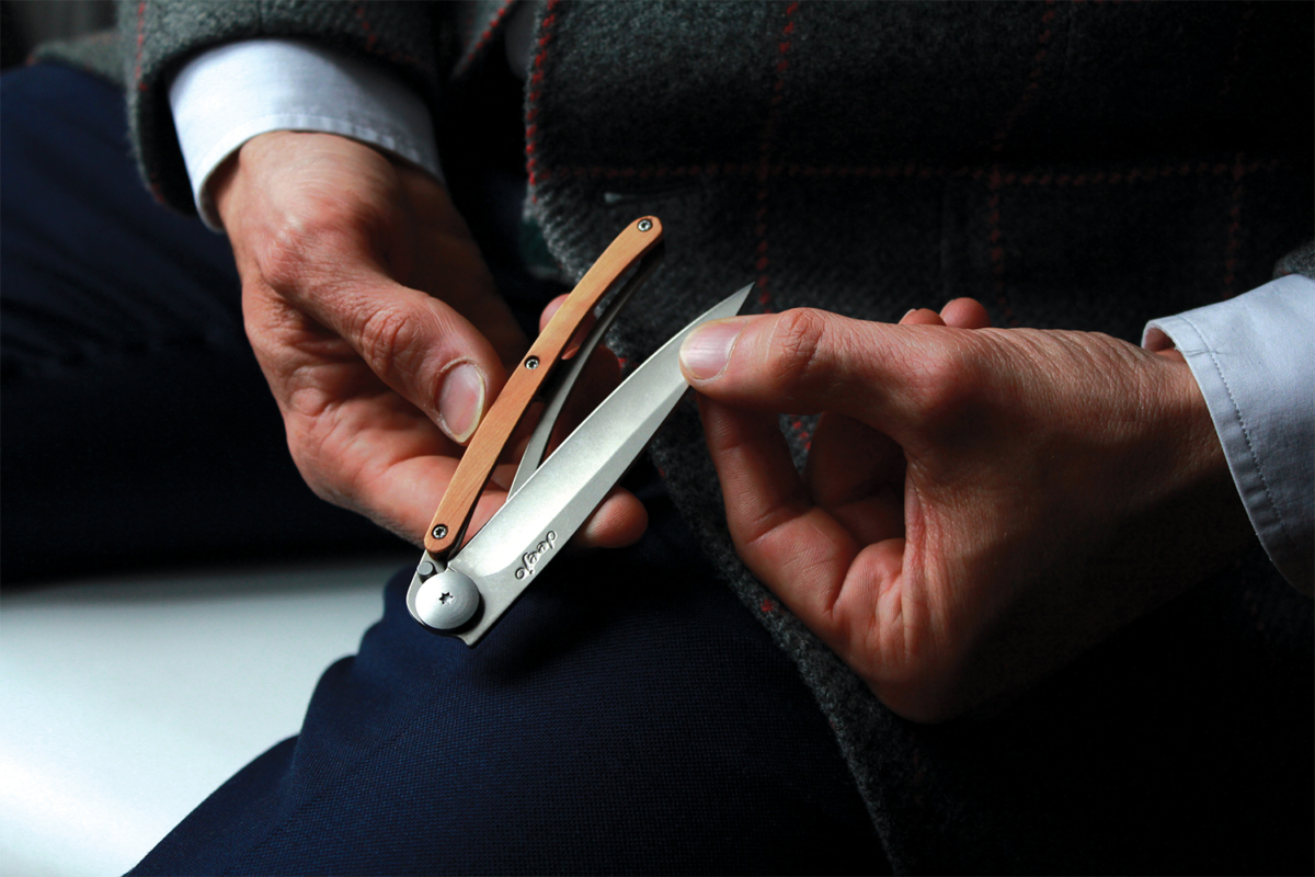 Pair of hands holding a Deejo knife