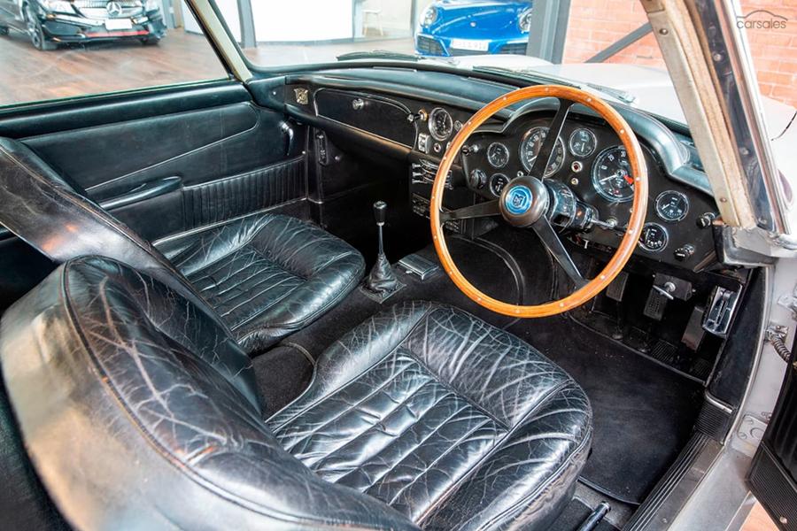 Aston Martin DB5 Manual dashboard and steering wheel