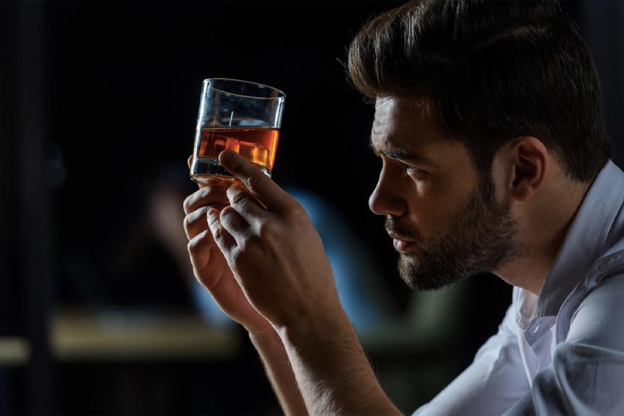 Man holding a glass of Glanmorangie