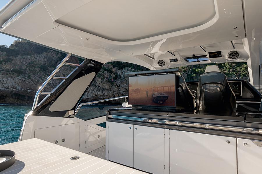Azimut Verve 47 Yacht bar area
