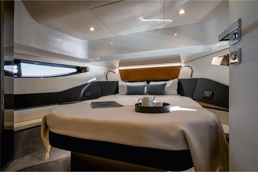 Azimut Verve 47 Yacht master's bedroom