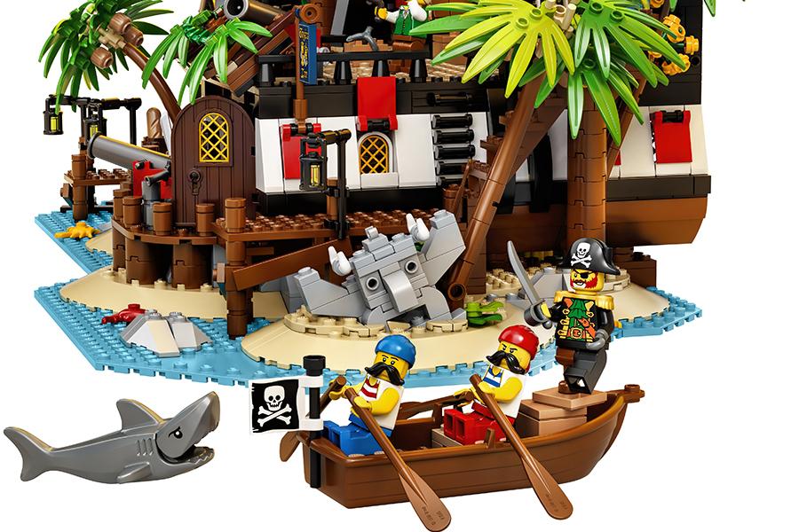 Lego Pirates of Barracuda along the island