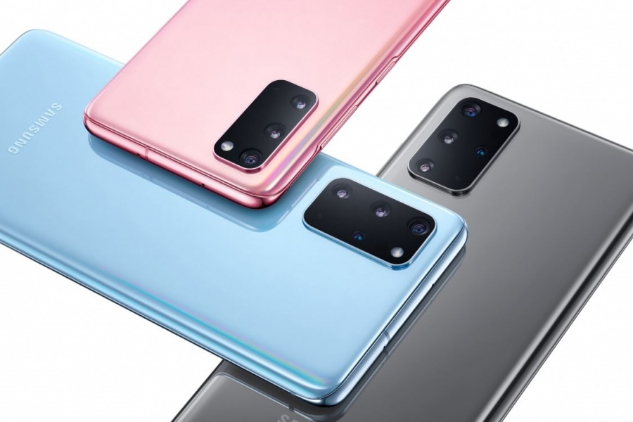 Three Samsung S20+ smartphones