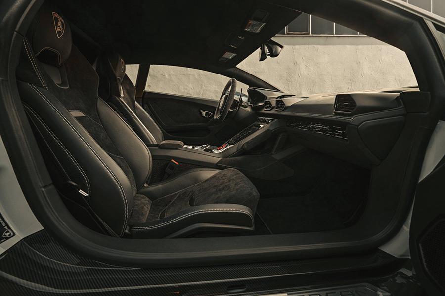 HURACÁN EVO car seat upholstery and dashboard