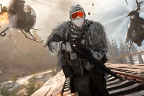AModern Warfare: Warzone screen with a soldier running from two helicopters