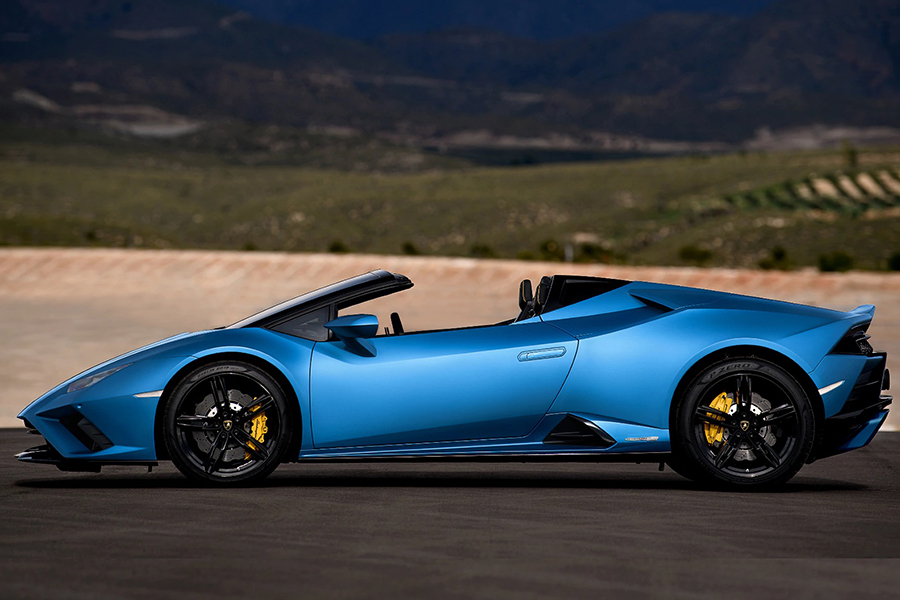 Lambo New Huracan VR park on the road