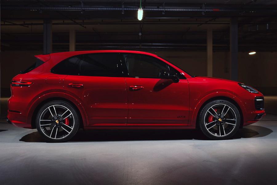 Porsche Cayenne GTS red