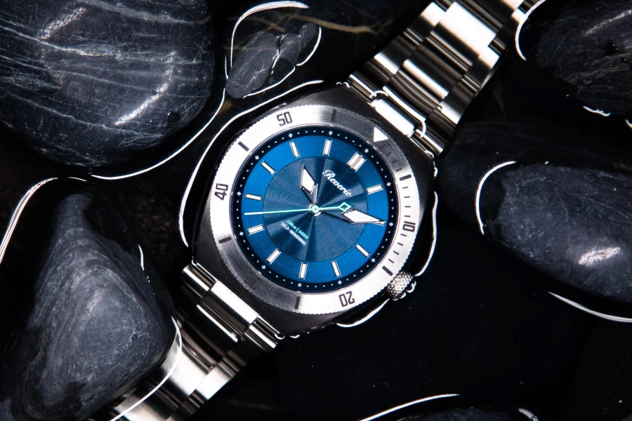 reverie diver watch in blue