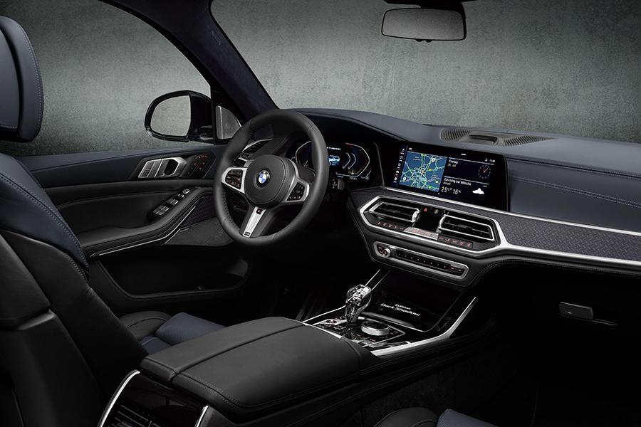 BMW X7 Dark Shadow dashboard