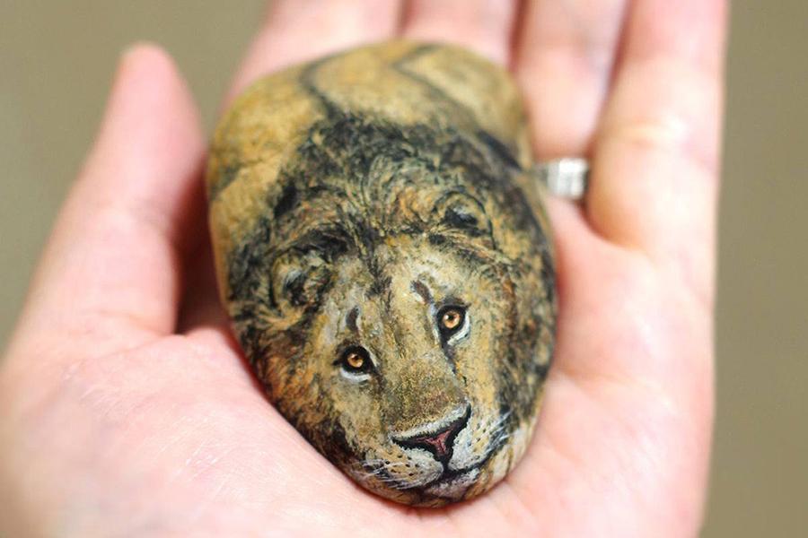 Japanese Artist Turns Stones Into Tiny Animals Lion