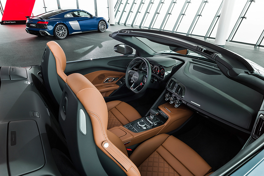 2021 Audi R8 RWD Coupe and Spyder dashboard and car seat