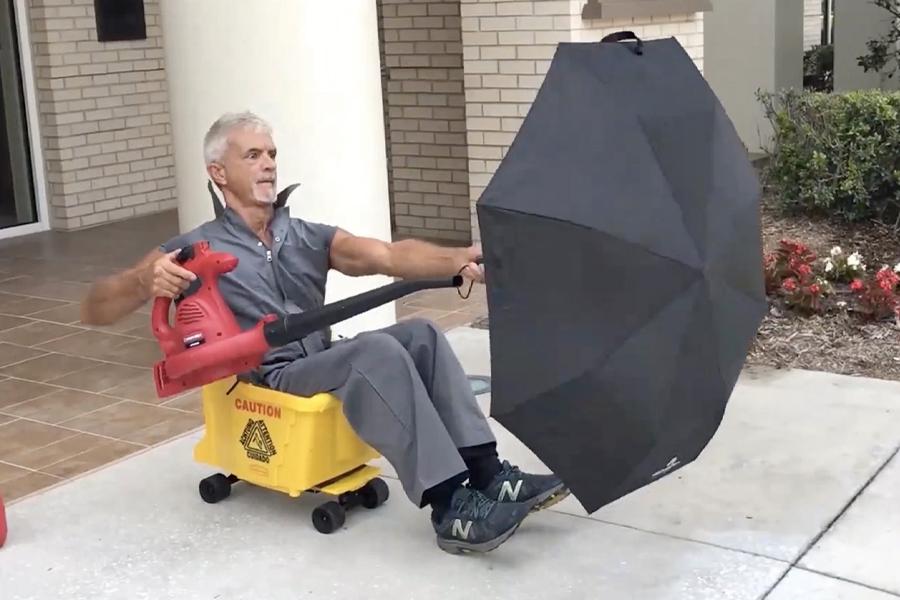 Дворник создает ковш для швабры с приводом от вентилятора |  Человек многих