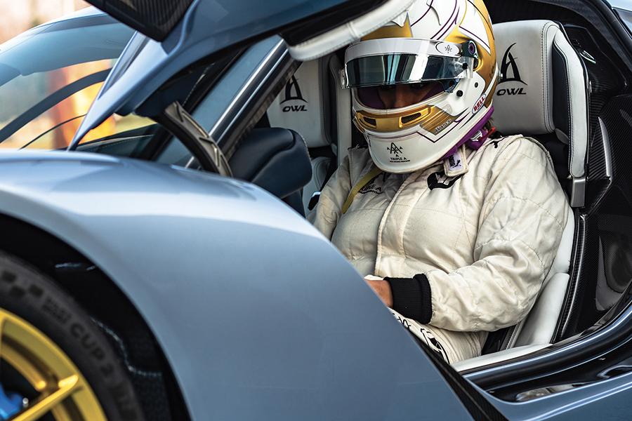 Hampir 2.000 tenaga kuda mobil di produksi dengan pengemudi
