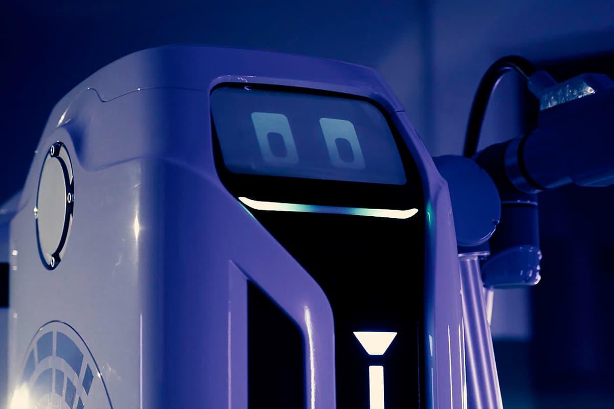Мобильный зарядный робот VW спереди