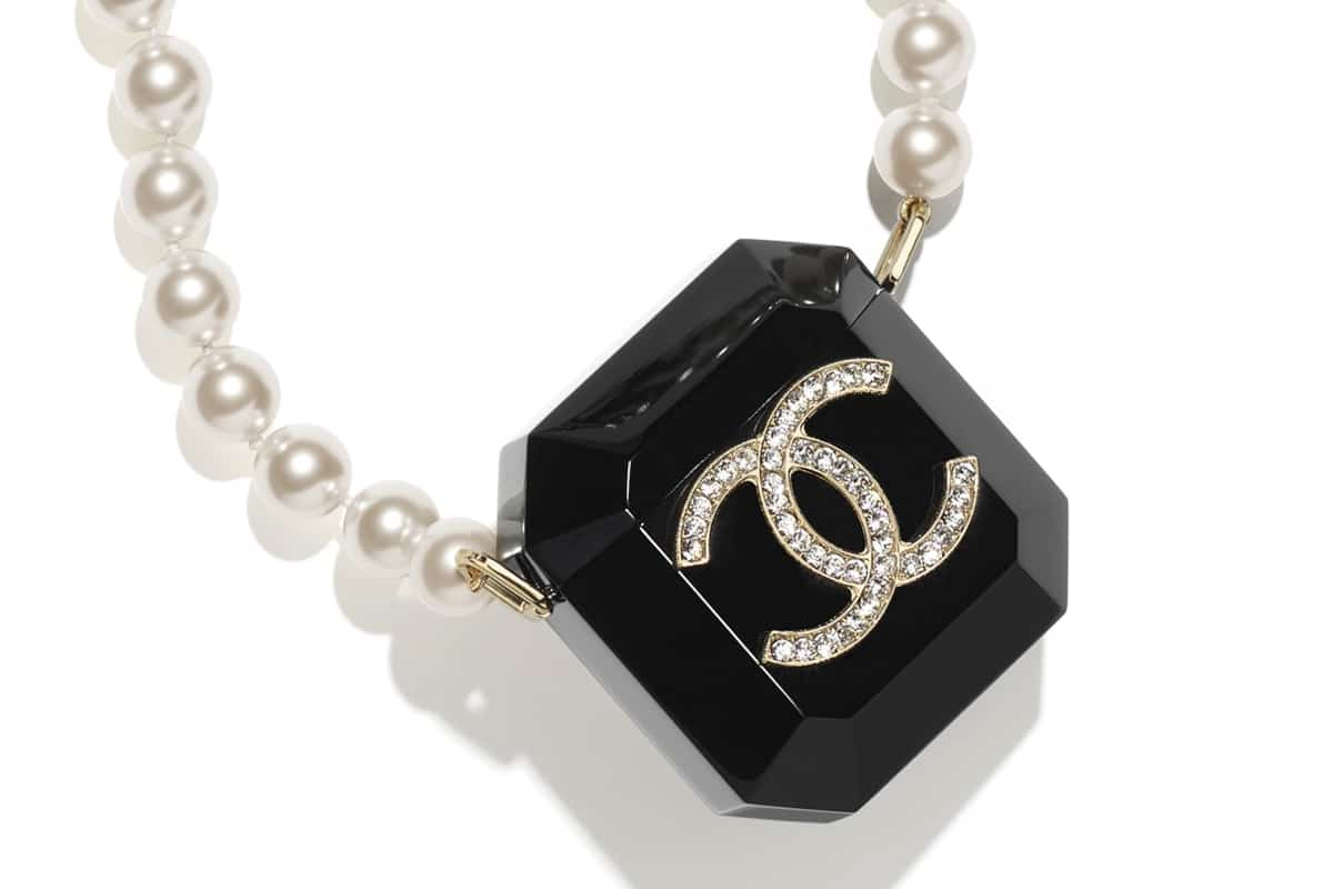 Chanel airpods necklace 2