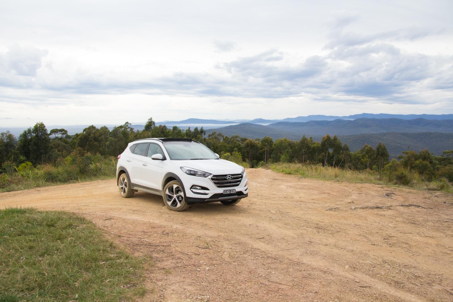 Hyundai Tucson Highlanderon dirt road